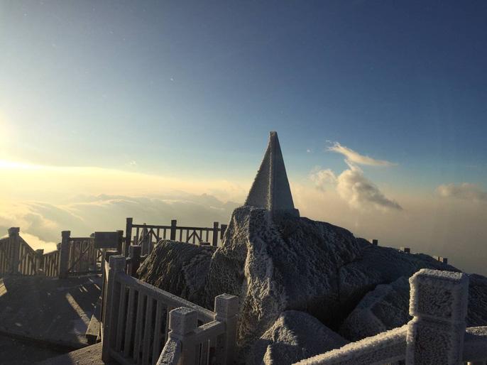 Nhiệt độ xuống -7 độ C, băng tuyết phủ trắng đỉnh Fansipan - Ảnh 12.