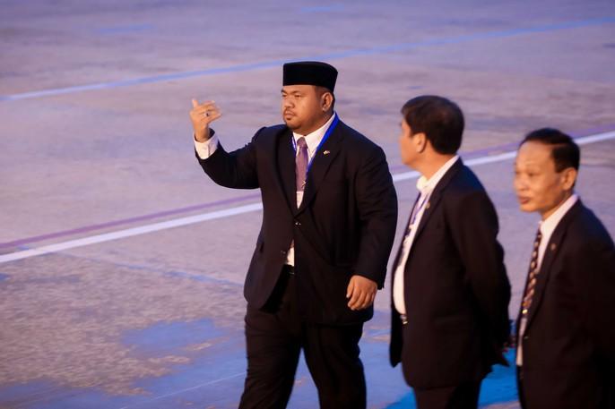 Vua Brunei tự lái chuyên cơ tới Đà Nẵng - Ảnh 4.