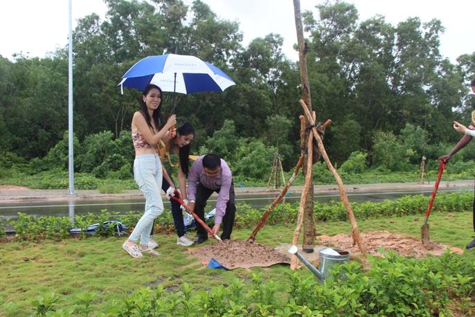 Hoa hậu Hòa bình Thế giới tham gia trồng cây ở Phú Quốc - Ảnh 3.