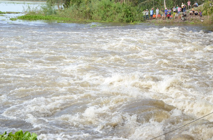 Xả đập, lũ cuồn cuộn chảy vào vùng Tứ giác Long Xuyên - Ảnh 4.