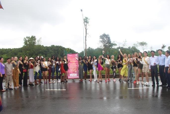 Hoa hậu Hòa bình Thế giới tham gia trồng cây ở Phú Quốc - Ảnh 1.