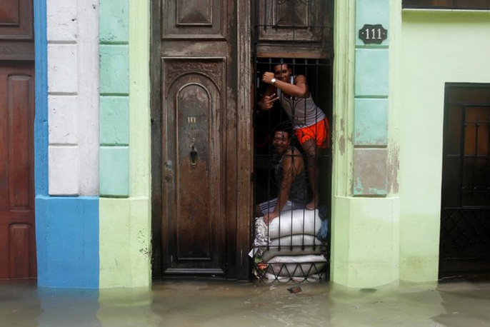 Bão Irma đã đến Mỹ, sóng cao 6 m vẫn ập vào Cuba - Ảnh 9.