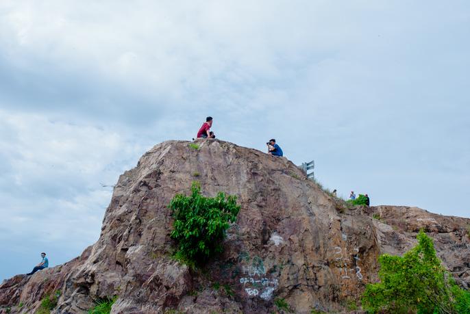 Nằm chênh vênh bên vách đá để selfie trên đồi Con Heo - Ảnh 6.