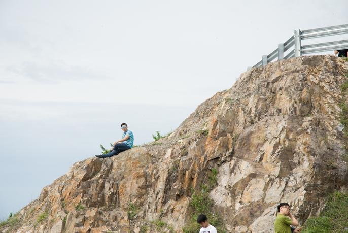 Nằm chênh vênh bên vách đá để selfie trên đồi Con Heo - Ảnh 7.