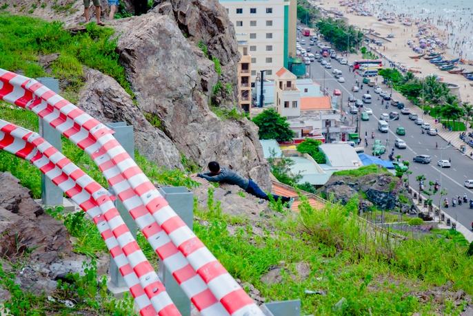 Nằm chênh vênh bên vách đá để selfie trên đồi Con Heo - Ảnh 5.
