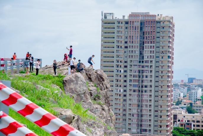 Nằm chênh vênh bên vách đá để selfie trên đồi Con Heo - Ảnh 4.