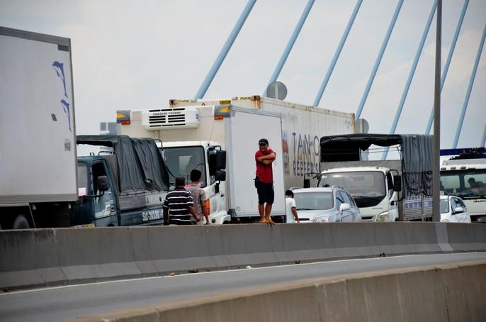 """Hàng ngàn ô tô """"chôn chân"""" trên cầu Phú Mỹ - Ảnh 5."""