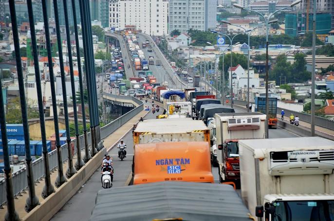 """Hàng ngàn ô tô """"chôn chân"""" trên cầu Phú Mỹ - Ảnh 2."""