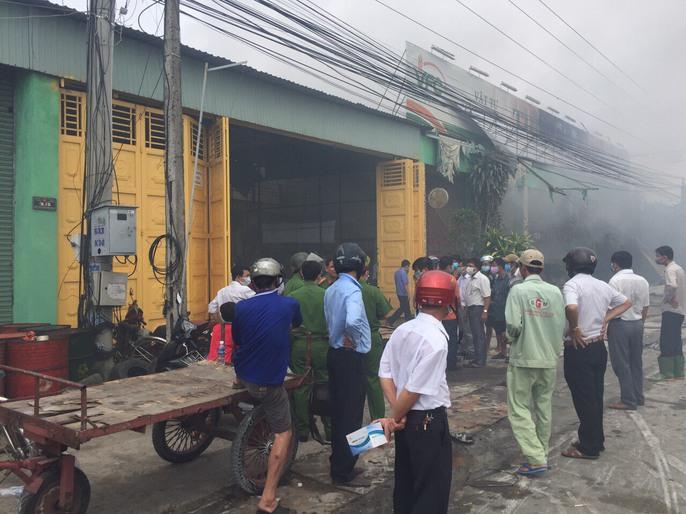 Cháy lớn ở Tiền Giang, xóa sổ vựa bán phân bón, thuốc trừ sâu - Ảnh 1.