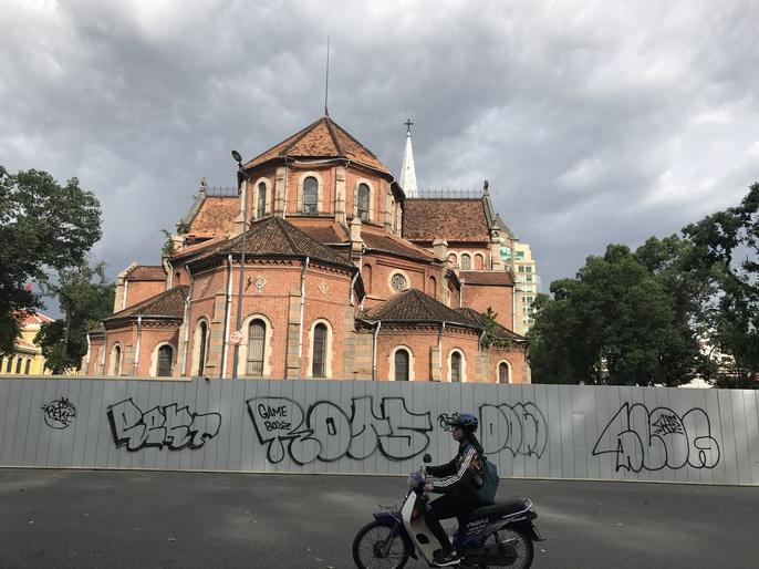 Tường rào công trình Nhà thờ Đức Bà bị bôi bẩn - Ảnh 5.