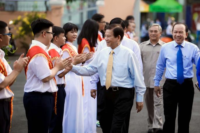 Bí thư Thành ủy đánh trống khai giảng tại trường Lê Hồng Phong - Ảnh 2.