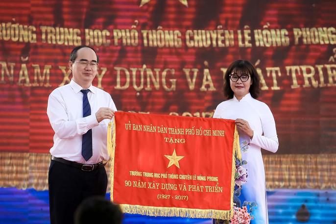 Bí thư Thành ủy đánh trống khai giảng tại trường Lê Hồng Phong - Ảnh 11.