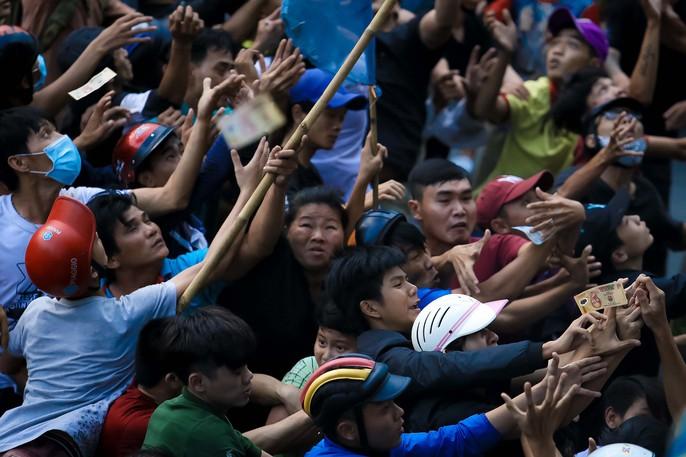 Hàng trăm người náo loạn giật cô hồn ngày rằm tháng 7 - Ảnh 11.