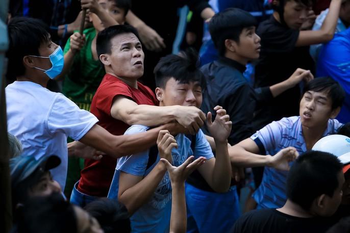 Hàng trăm người náo loạn giật cô hồn ngày rằm tháng 7 - Ảnh 8.