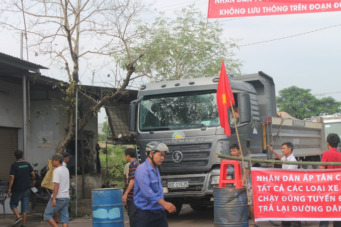 Người dân Đồng Nai chặn xe ben phá đường - Ảnh 2.