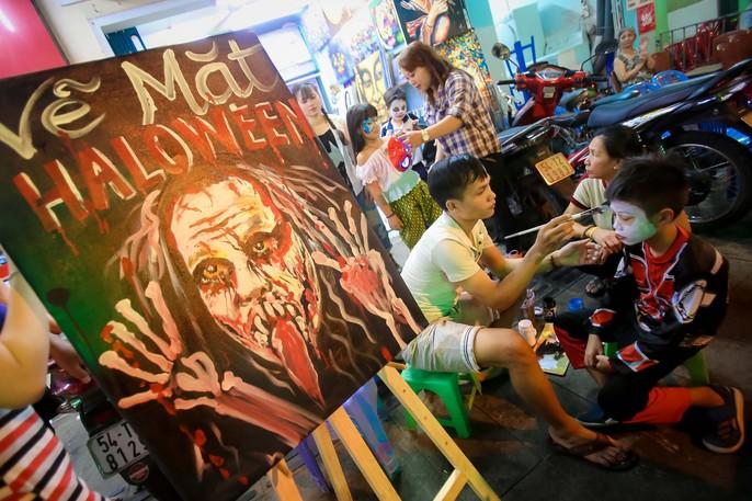 Hàng ngàn người đổ về phố Tây Bùi Viện chơi Halloween - Ảnh 1.