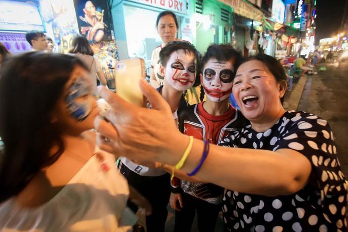 Hàng ngàn người đổ về phố Tây Bùi Viện chơi Halloween - Ảnh 3.