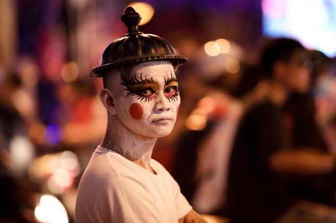 Hàng ngàn người đổ về phố Tây Bùi Viện chơi Halloween - Ảnh 6.