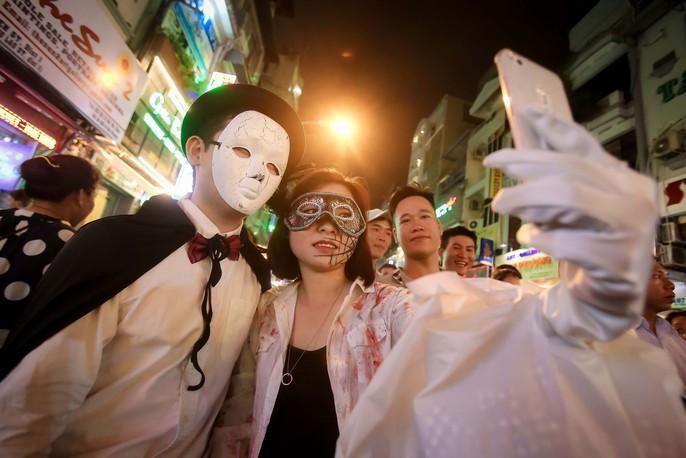 Hàng ngàn người đổ về phố Tây Bùi Viện chơi Halloween - Ảnh 8.