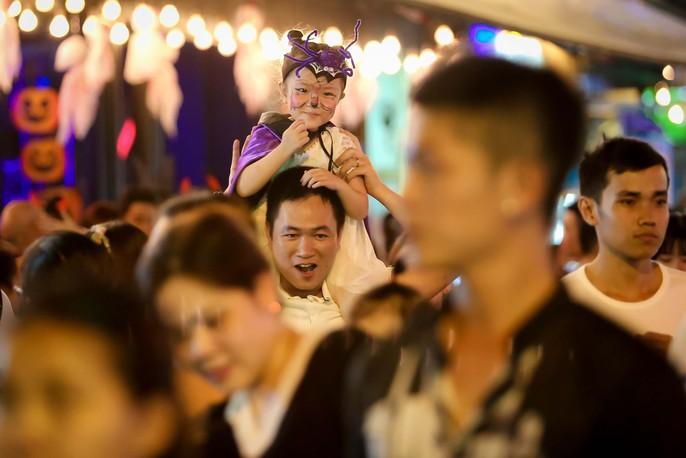 Hàng ngàn người đổ về phố Tây Bùi Viện chơi Halloween - Ảnh 9.