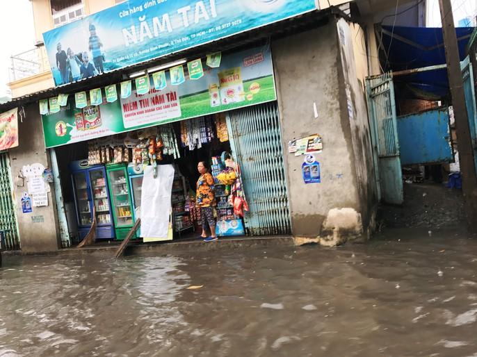 Sài Gòn mưa rả rích nhưng mênh mông nước! - Ảnh 5.