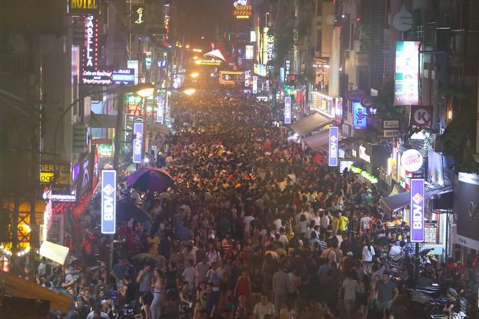 Hàng ngàn người đổ về phố Tây Bùi Viện chơi Halloween - Ảnh 14.