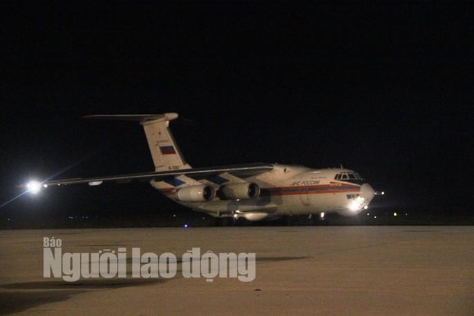Cận cảnh phi cơ đưa 40 tấn hàng cứu trợ của Nga đến Khánh Hòa - Ảnh 1.