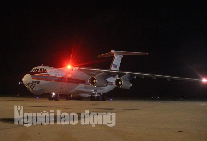 Cận cảnh phi cơ đưa 40 tấn hàng cứu trợ của Nga đến Khánh Hòa - Ảnh 2.