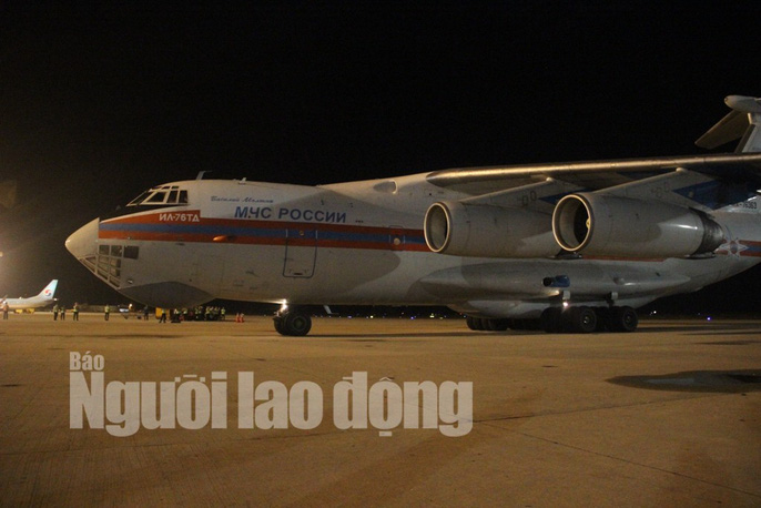 Cận cảnh phi cơ đưa 40 tấn hàng cứu trợ của Nga đến Khánh Hòa - Ảnh 3.