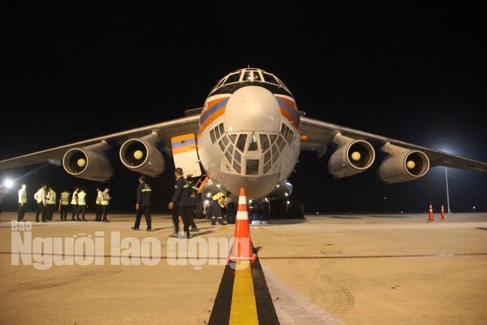 Cận cảnh phi cơ đưa 40 tấn hàng cứu trợ của Nga đến Khánh Hòa - Ảnh 4.