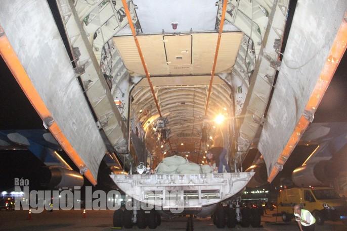 Cận cảnh phi cơ đưa 40 tấn hàng cứu trợ của Nga đến Khánh Hòa - Ảnh 7.
