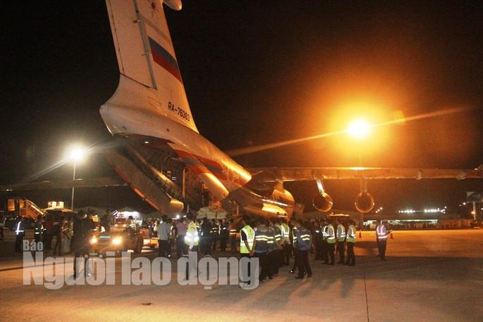 Cận cảnh phi cơ đưa 40 tấn hàng cứu trợ của Nga đến Khánh Hòa - Ảnh 8.