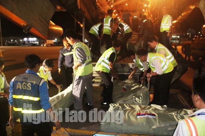 Cận cảnh phi cơ đưa 40 tấn hàng cứu trợ của Nga đến Khánh Hòa - Ảnh 9.