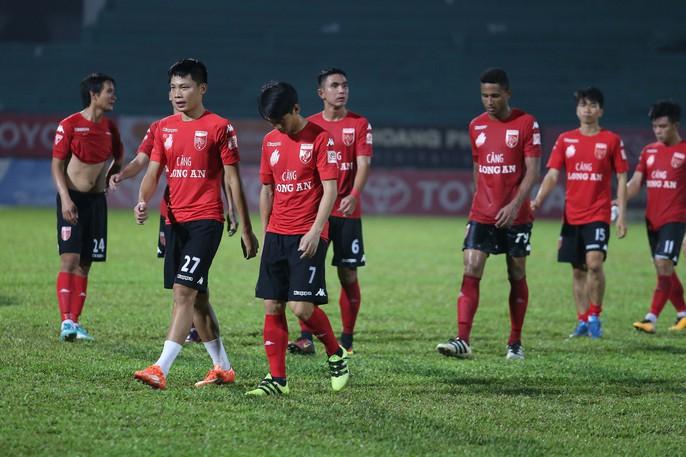 Nỗi buồn của cầu thủ Long An sau trận cuối tại V-League 2017 - Ảnh 6.