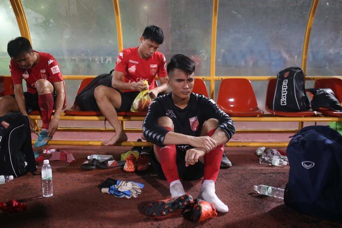 Nỗi buồn của cầu thủ Long An sau trận cuối tại V-League 2017 - Ảnh 7.