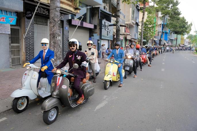 Quý ông, quý bà cưỡi mô tô, xe cổ gây quỹ từ thiện - Ảnh 3.