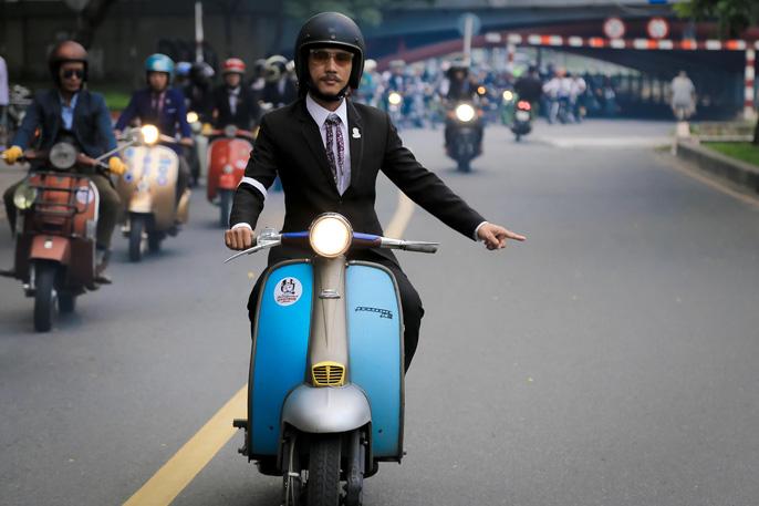 Quý ông, quý bà cưỡi mô tô, xe cổ gây quỹ từ thiện - Ảnh 2.