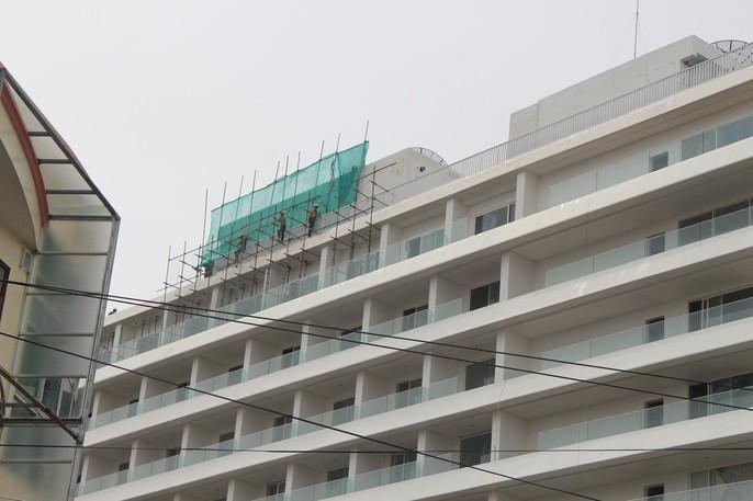 """Đang """"cắt ngọn"""" khách sạn 5 sao xây vi phạm ở Phú Quốc - Ảnh 1."""