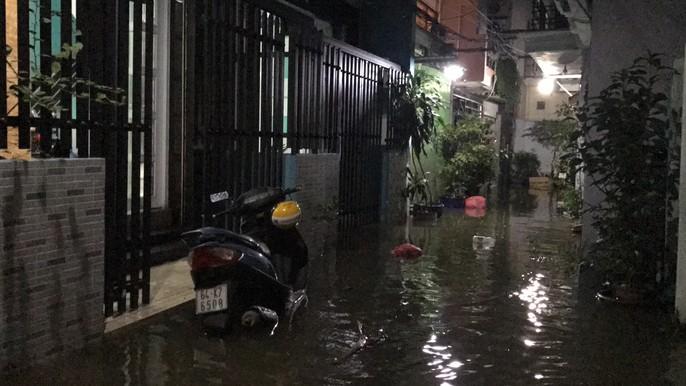 Không mưa, khu giàu nhất Sài Gòn vẫn lênh láng nước - Ảnh 6.