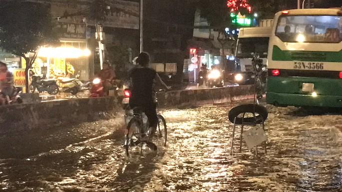 Không mưa, khu giàu nhất Sài Gòn vẫn lênh láng nước - Ảnh 7.