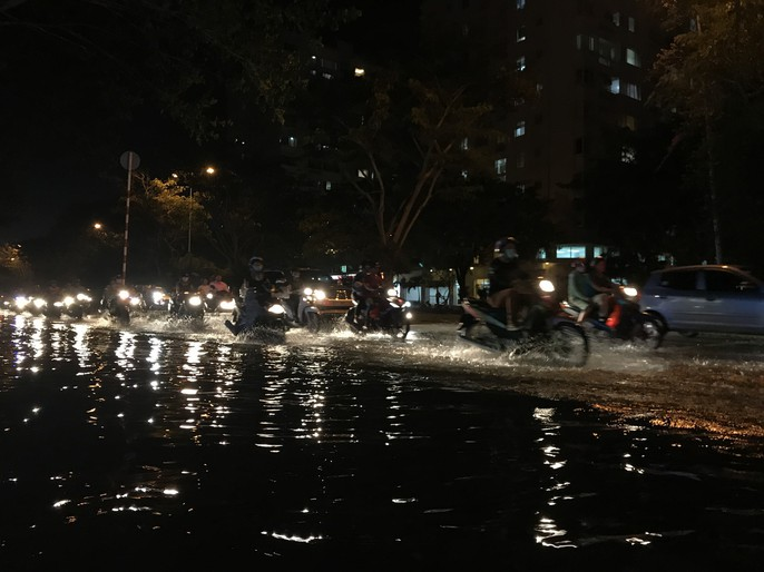 Không mưa, khu giàu nhất Sài Gòn vẫn lênh láng nước - Ảnh 4.