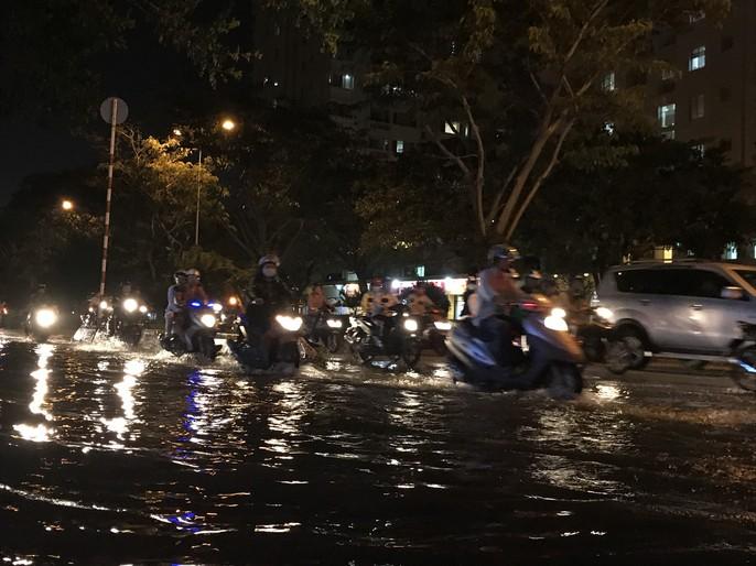 Không mưa, khu giàu nhất Sài Gòn vẫn lênh láng nước - Ảnh 2.
