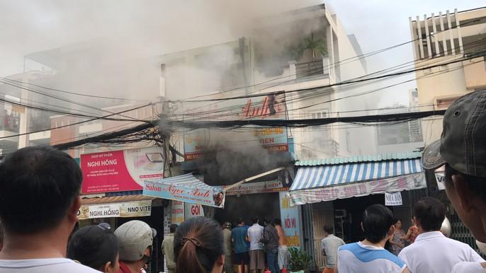 VIDEO xe tải tông sập cửa cứu căn nhà rực lửa ở Sài Gòn - Ảnh 5.