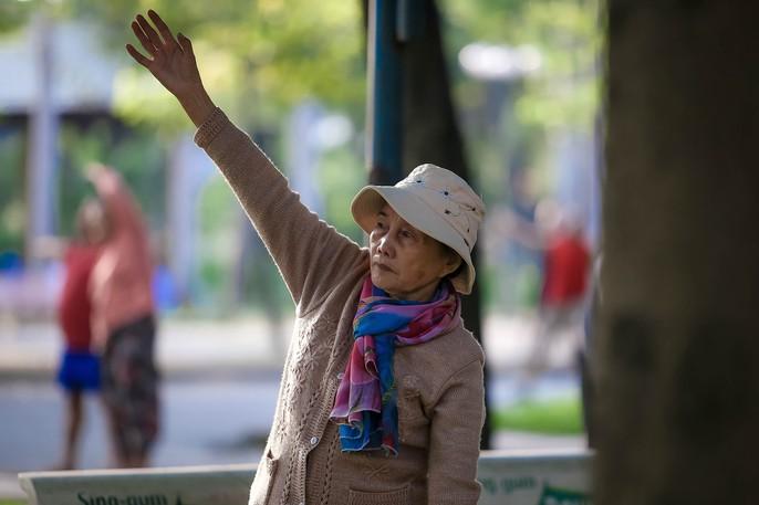 Người Sài Gòn co ro trong gió lạnh - Ảnh 2.