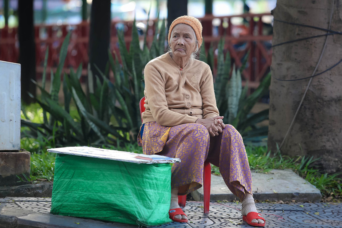 Người Sài Gòn co ro trong gió lạnh - Ảnh 4.