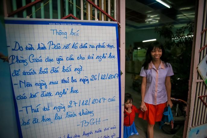 TP HCM: Phụ huynh đội mưa đón con tránh bão số 16 (Tembin) - Ảnh 1.