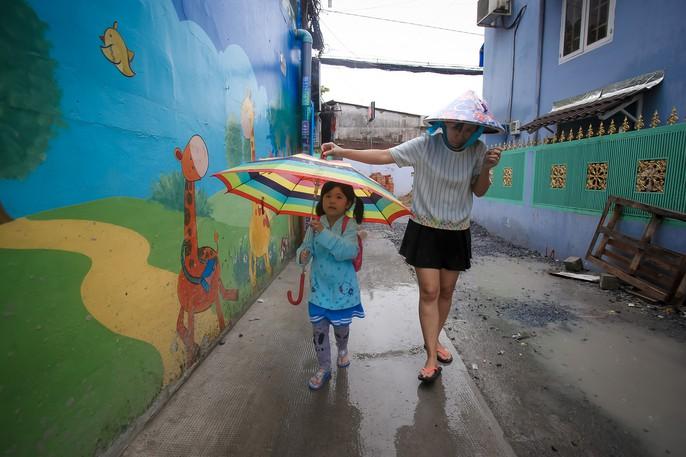 TP HCM: Phụ huynh đội mưa đón con tránh bão số 16 (Tembin) - Ảnh 7.