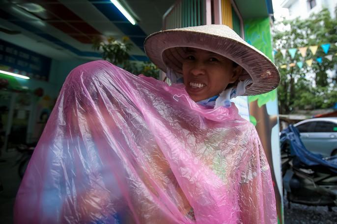 TP HCM: Phụ huynh đội mưa đón con tránh bão số 16 (Tembin) - Ảnh 4.