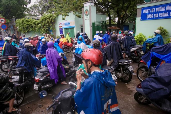 TP HCM: Phụ huynh đội mưa đón con tránh bão số 16 (Tembin) - Ảnh 10.