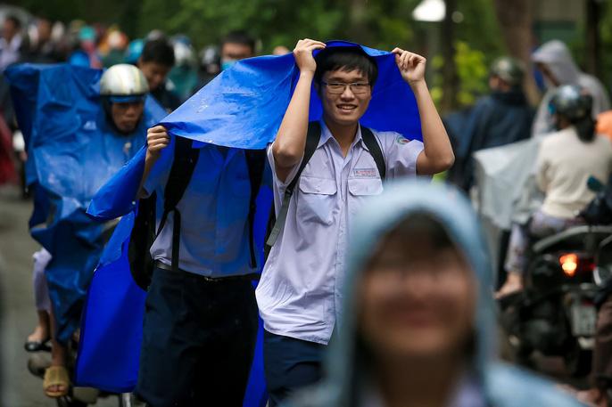 TP HCM: Phụ huynh đội mưa đón con tránh bão số 16 (Tembin) - Ảnh 17.